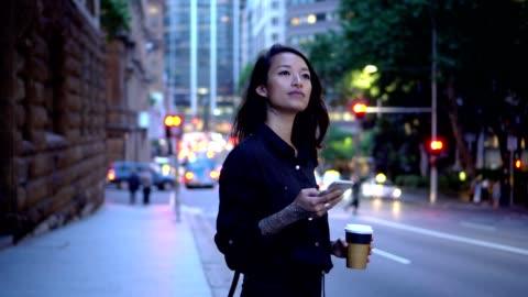giovane imprenditrice in attesa di un taxi a sydney - people video stock e b–roll