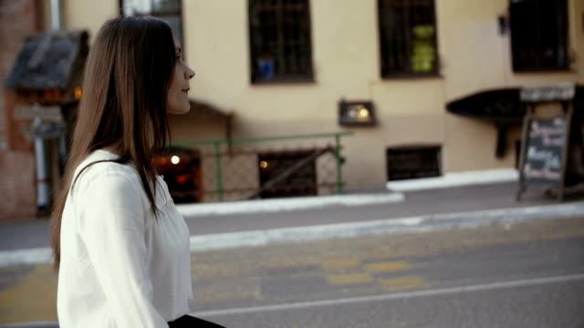 ung affärskvinna promenader i gamla stad. långsamma mo - kostym sida bildbanksvideor och videomaterial från bakom kulisserna