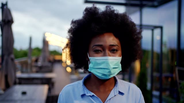 young businesswoman wearing protective mask - mascherina video stock e b–roll