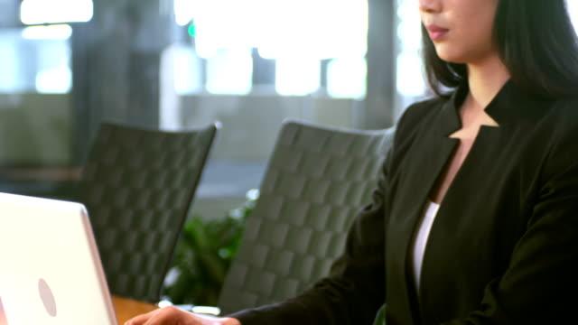 junge geschäftsfrau arbeiten - weibliche angestellte stock-videos und b-roll-filmmaterial