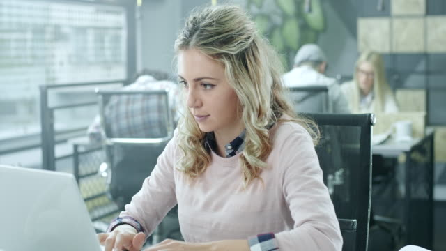 genç işkadını çalışma - sarı saç stok videoları ve detay görüntü çekimi
