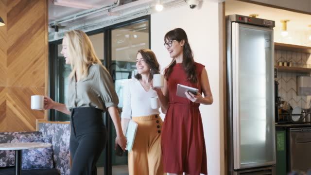 Jonge Businesswomen Brainstormen in moderne kantoorlobby video