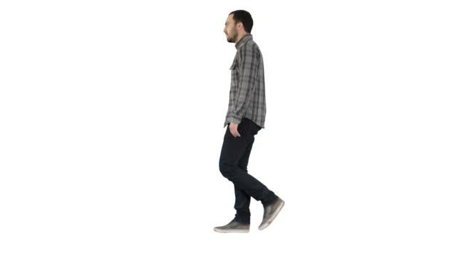白い背景の上を歩く若いカジュアル男 - 全身点の映像素材/bロール