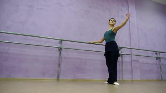 jungen kaukasischen ballerina girl zeigt verschiedene ballett schritte und positionen - gymnastikanzug stock-videos und b-roll-filmmaterial