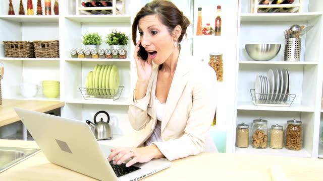 若い白人ビジネスアドバイザー自宅勤務 - クラシファイド広告点の映像素材/bロール