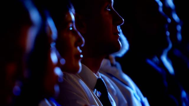 Junge kaukasische Geschäftsleute, die an einem Business-Seminar im Auditorium 4k teilnehmen – Video