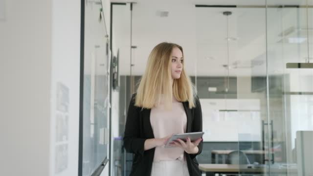 Jonge Kaukasische Onderneemster aan het werk met Digitale Tablet video