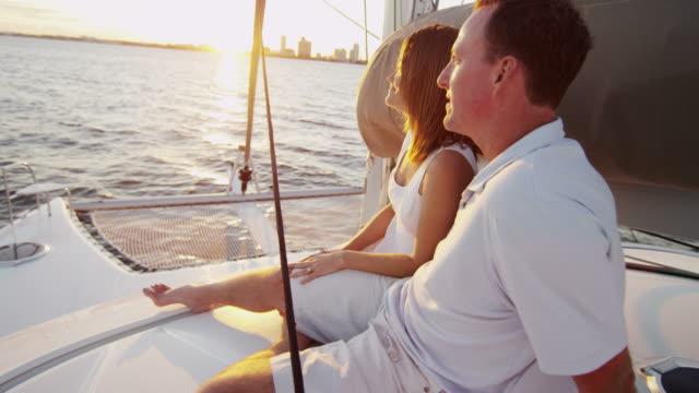 vídeos y material grabado en eventos de stock de reanudará el estilo de vida de joven caucásica pareja vida saludable yate al aire libre - planificación financiera