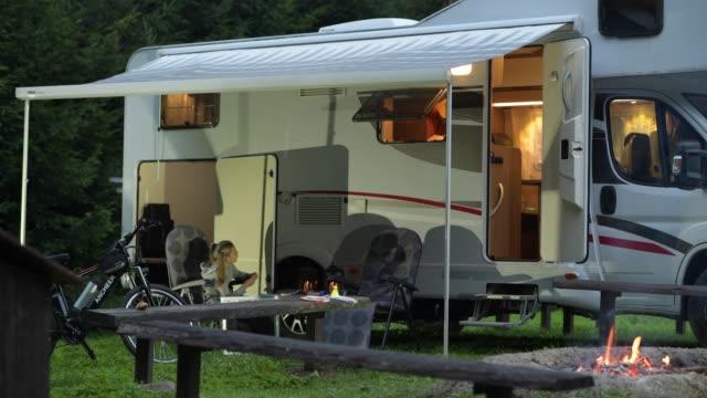 junge kaukasische familie. vater und tochter im wohnmobil-park. - camping stock-videos und b-roll-filmmaterial