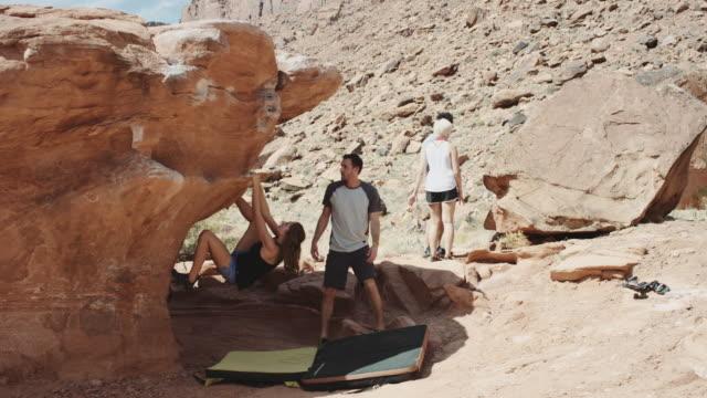 4 k slo mo: kaukasische mädchen ein felsbrocken klettern - bouldering stock-videos und b-roll-filmmaterial