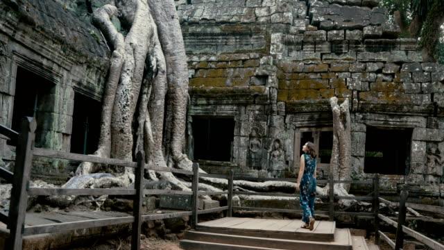 genç beyaz bir kadın ta prohm tapınak - kamboçya stok videoları ve detay görüntü çekimi