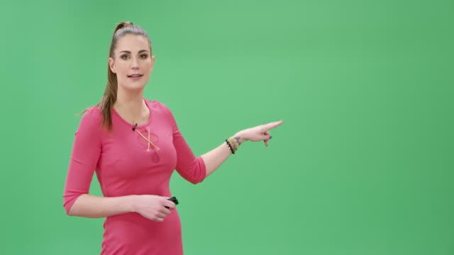 vídeos de stock e filmes b-roll de young caucasian woman presenting the latest weather report - weatherman