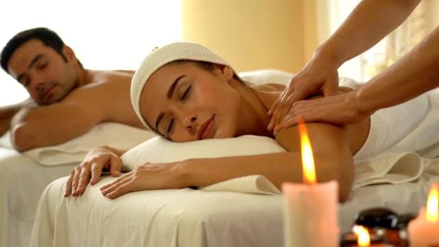 ung kaukasisk kvinna slappna av under massage - hälsosalong bildbanksvideor och videomaterial från bakom kulisserna