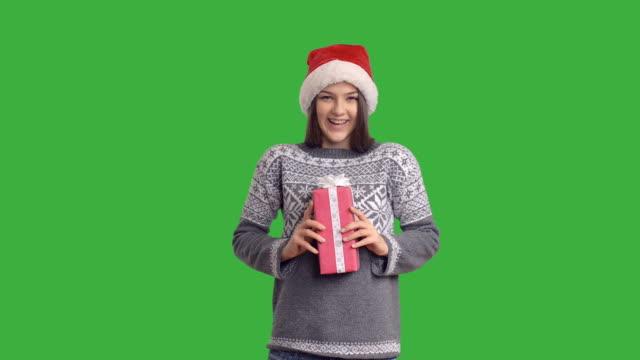若い魅力的な女性を表現したギフトのサンタクロース - サンタの帽子点の映像素材/bロール