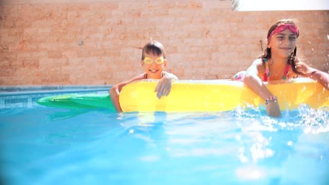 幼児飛散やインフレータブル プールに浮かぶ - 兄弟点の映像素材/bロール