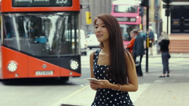 ロンドン (スローモーション) のバスの待機する若い中国観光 ビデオ