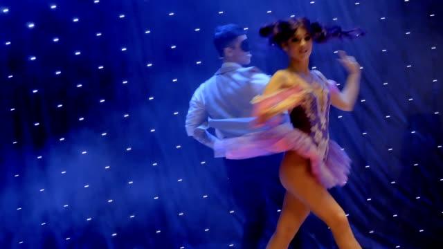 stockvideo's en b-roll-footage met jonge ciuple in prachtige kostuums dansen op de scène in theater - vetschmink