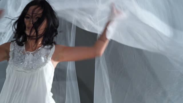 hd: young confidence 17 m/s - endast unga kvinnor bildbanksvideor och videomaterial från bakom kulisserna