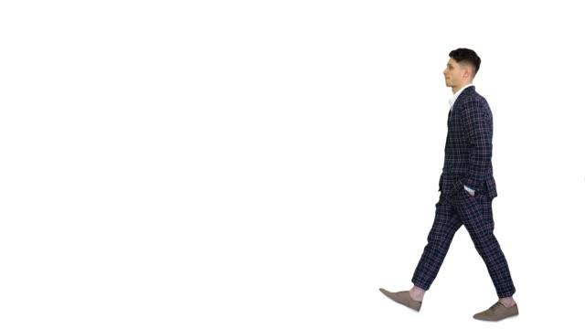 白い背景の上を歩く若いクールなエレガントな男 - 全身点の映像素材/bロール