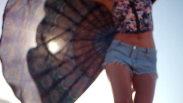 若いクール スカーフ ビーチで走っているフィットの女性 ビデオ