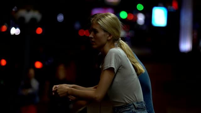 若いカップル論争し、ブレーキ関係、夜の通り背景を - 日常から抜け出す点の映像素材/bロール