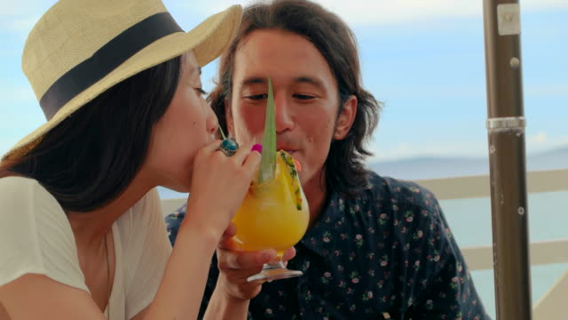 若いカップルが飲みます。 - カップル点の映像素材/bロール