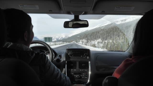 young couple driving in winter - zima filmów i materiałów b-roll