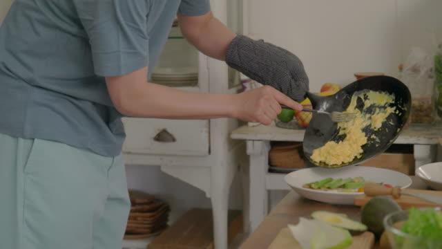 젊은 부부는 집에서 요리를 즐깁니다. - 이성 커플 스톡 비디오 및 b-롤 화면
