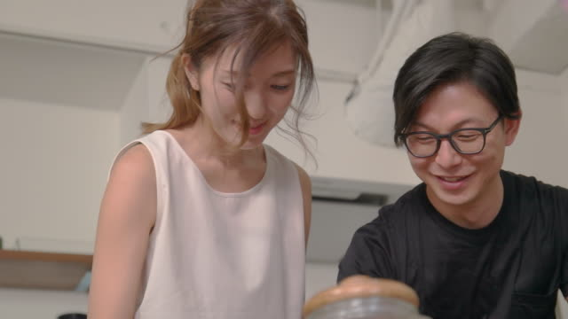 若いカップルは家で料理を楽しむ。 - 日本人のみ点の映像素材/bロール