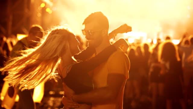 ungt par njuter av konserten - serbien bildbanksvideor och videomaterial från bakom kulisserna