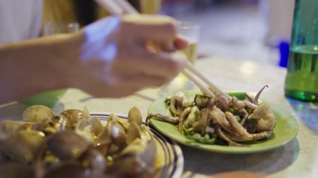 젊은 부부는 거리 음식을 즐기는 - 문화 스톡 비디오 및 b-롤 화면