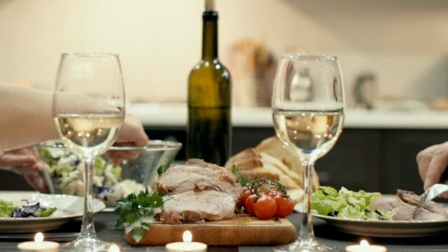 若いカップルは、ワインとロマンチックな夕食を持っています。 ビデオ