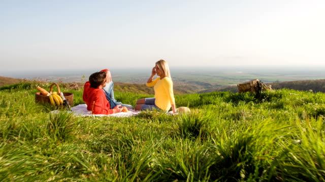 若いカップルのお客様にロマンティックな自然でピクニック ビデオ