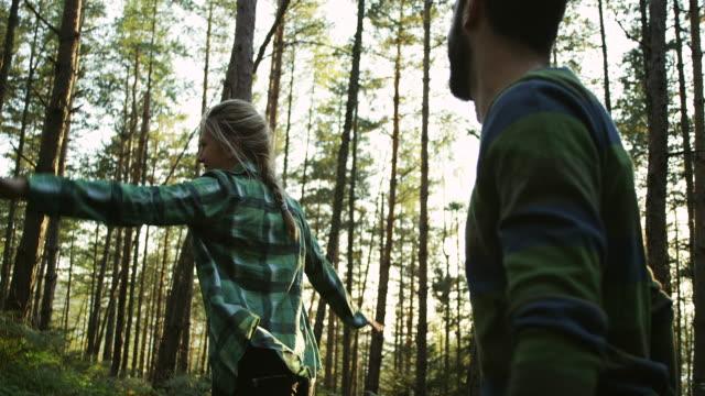 stockvideo's en b-roll-footage met jong koppel plezier in het bos - sober leven