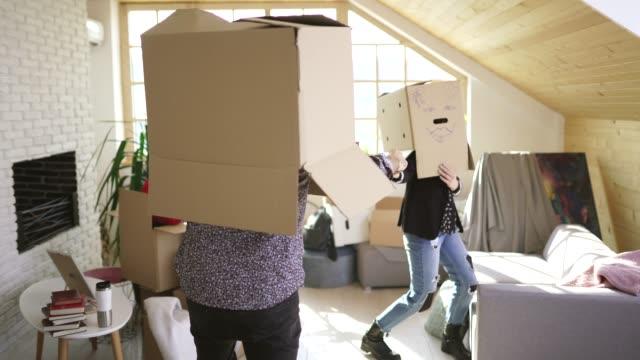 新しいアパートで段ボール箱を楽しんで若いカップル - 荷物をとく点の映像素材/bロール