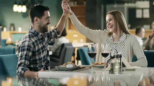 若いカップルあるレストランでのロマンチックなディナー - 食事する点の映像素材/bロール