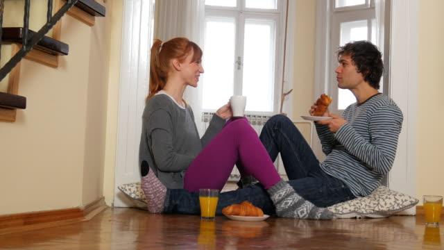 Junges Paar mit Snack zu Hause, genießen Sie ihre Liebe und Ehe – Video