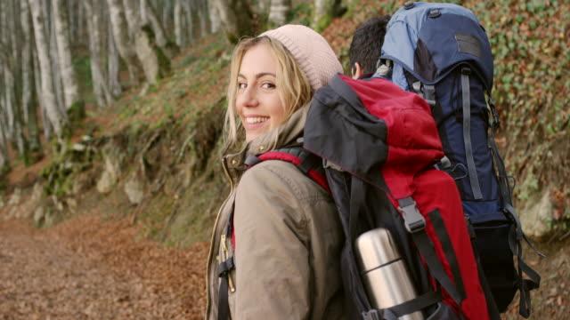 молодая пара пешие прогулки - турист с рюкзаком стоковые видео и кадры b-roll