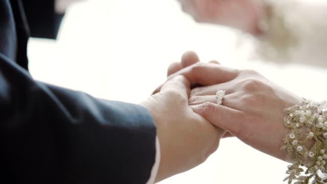 vídeos y material grabado en eventos de stock de pareja joven sosteniendo las manos - casados