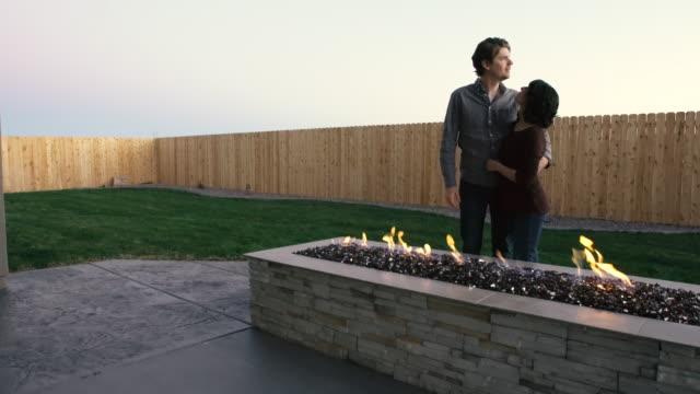 Jeune Couple dans la Cour arrière au foyer extérieur - Vidéo