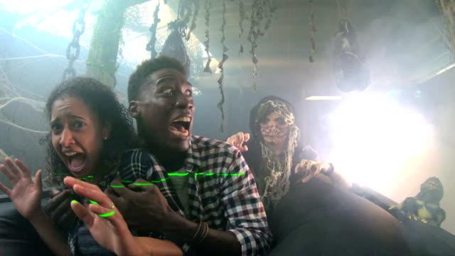 junges paar in halloween geisterhaus mit monster - grauen stock-videos und b-roll-filmmaterial