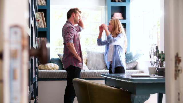 młoda para po argument w domu, biurze - walczyć filmów i materiałów b-roll