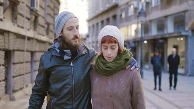 vídeos de stock, filmes e b-roll de jovem casal apaixonado, andando na rua. - moda street
