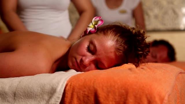 Pareja joven en masajes - vídeo