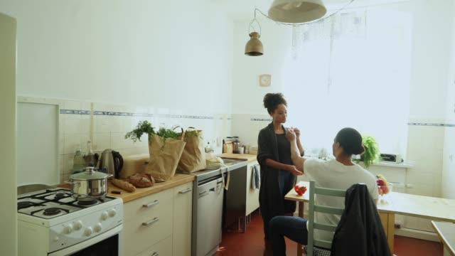 Joven pareja en su cocina - vídeo