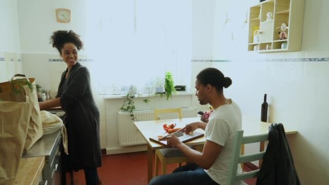 junges paar in der küche - küchenzubehör stock-videos und b-roll-filmmaterial