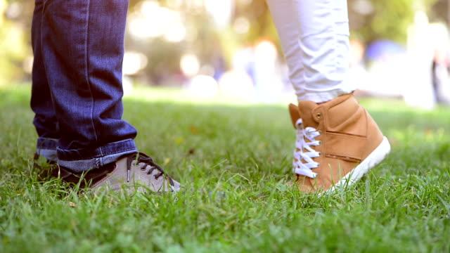 unga par kysser metr - på tå bildbanksvideor och videomaterial från bakom kulisserna