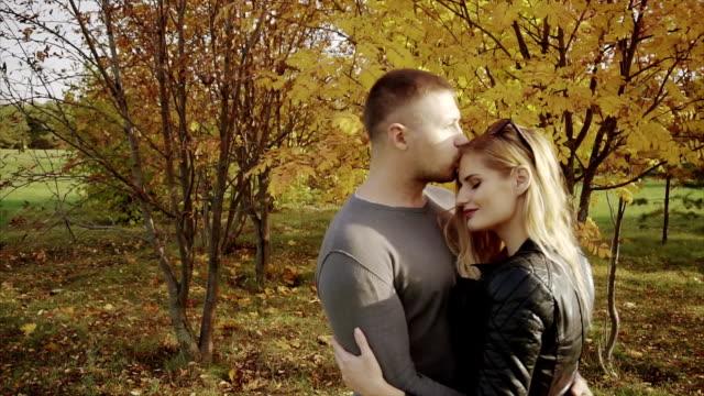 unga par på ett datum i höst park - gå tillsammans bildbanksvideor och videomaterial från bakom kulisserna