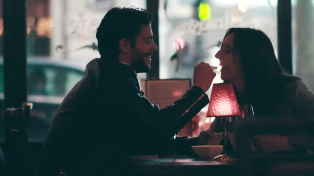 vídeos de stock e filmes b-roll de young couple on a date - bar local de entretenimento