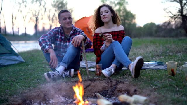 ungt par på camping - korslagda ben bildbanksvideor och videomaterial från bakom kulisserna